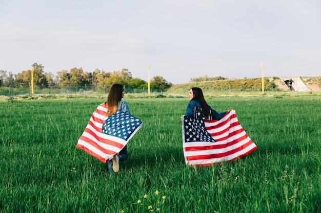 Giovani donne che corrono nel campo