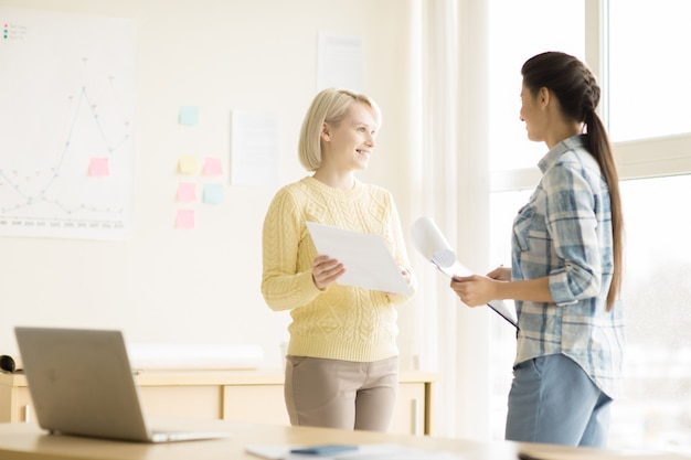 Giovani donne che lavorano in ufficio