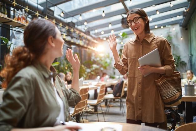 Giovani donne che si incontrano nel caffè