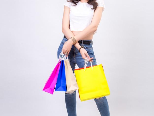 Giovani donne con acquisto su sfondo bianco