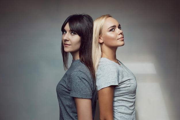 Giovani donne con camicia sul muro