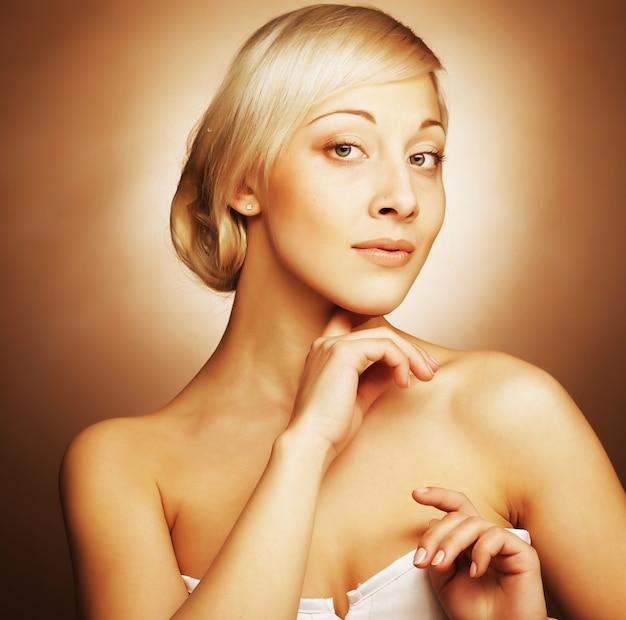 Giovani donne con i capelli d'oro su beige
