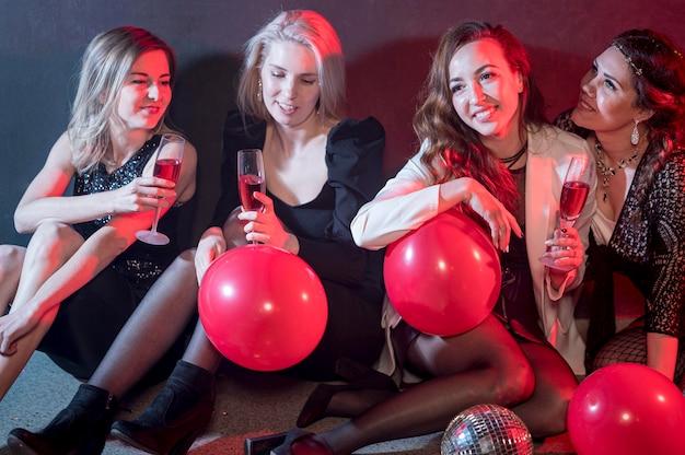 Giovani donne dell'angolo alto alla festa
