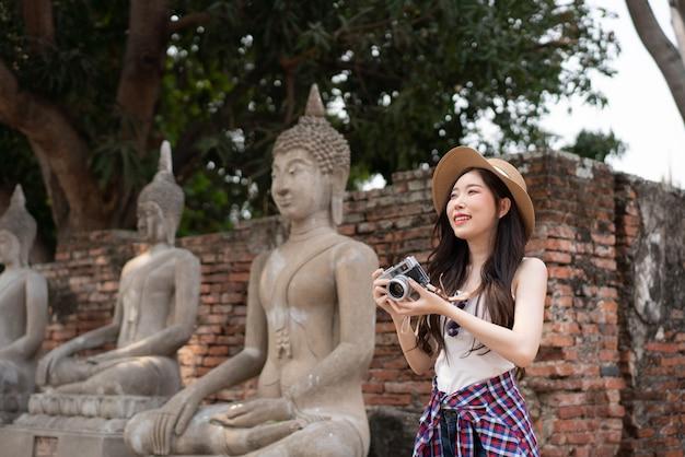 Giovani donne di viaggio asiatiche che camminano e che guardano a ayutthaya