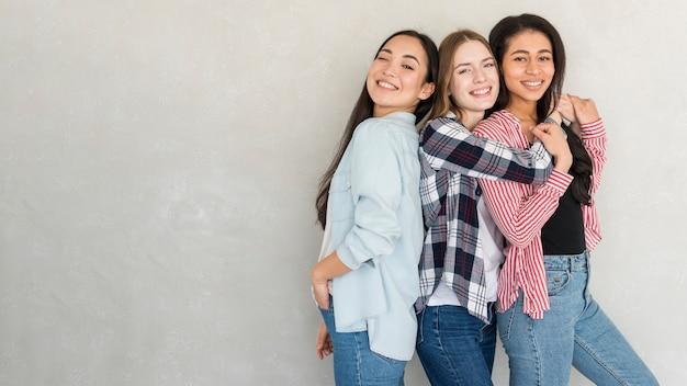 Giovani donne felici che posano nello studio