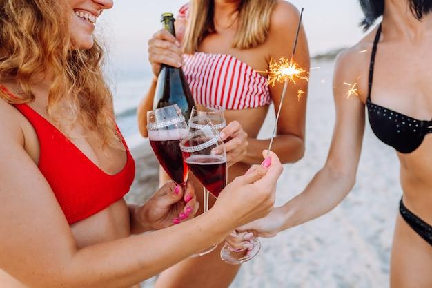 Giovani donne in bikini si chiudono
