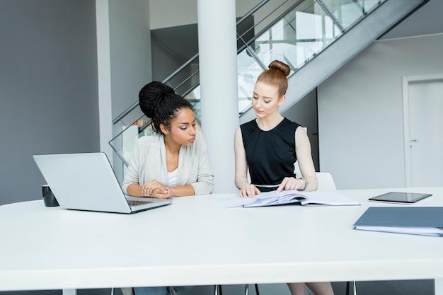 Giovani donne in ufficio
