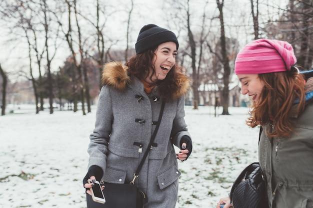 Giovani donne ridendo