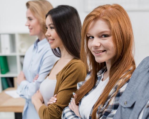 Giovani donne sorridenti del primo piano insieme