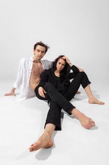 Giovani e graziosi ballerini in stile nero minimal isolato su bianco