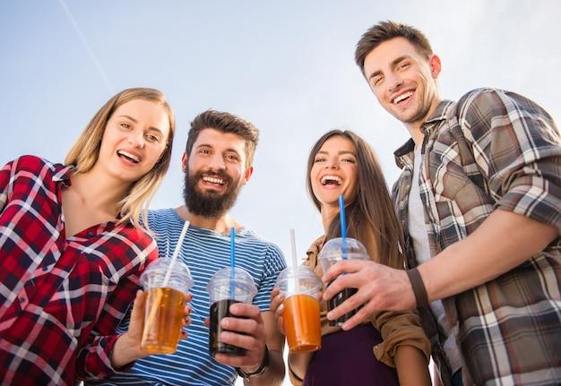 Giovani felici che camminano all'aperto