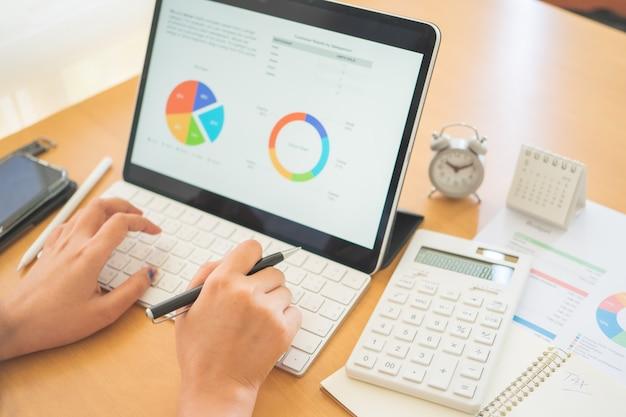 Giovani free lance o uomo d'affari che lavorano a casa ufficio e digitano sul tablet smartphone tastiera.