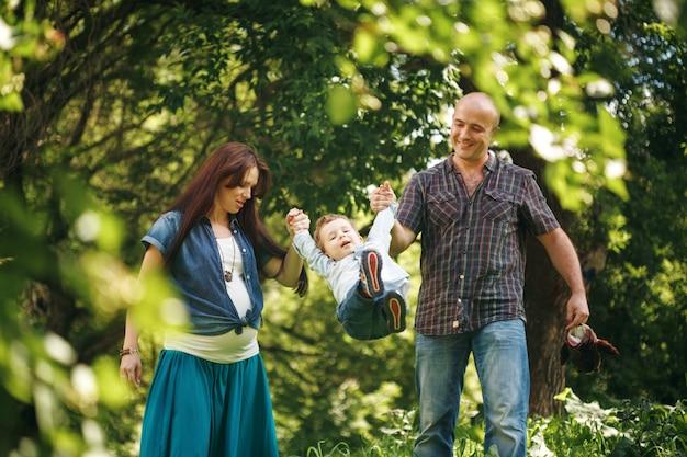 Giovani genitori che giocano con il loro figlio