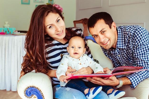 Giovani genitori con bambino che presentano ragazzo