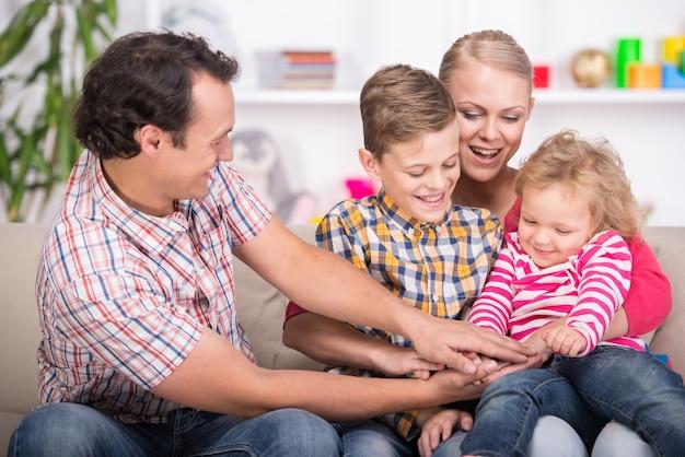 Giovani genitori e i loro due figli.