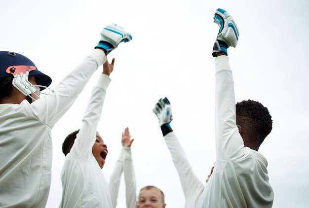 Giovani giocatori di cricket pronti a vincere la partita