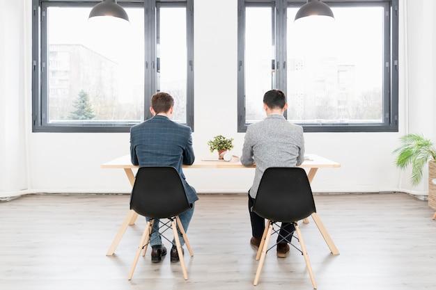 Giovani imprenditori che lavorano insieme