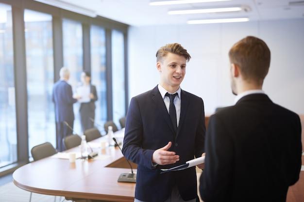 Giovani imprenditori che parlano nella sala conferenze