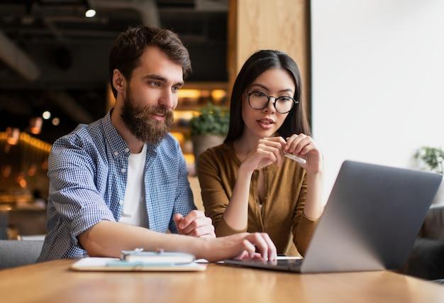 Giovani imprenditori che utilizzano laptop, progetto di avvio di lavoro, strategia di pianificazione, comunicazione, brainstorming in ufficio