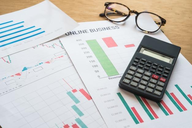 Giovani imprenditori impegnati a lavorare, imprenditore analizzando le informazioni finanziarie come grafici