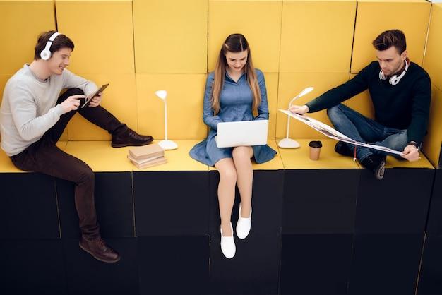 Giovani intelligenti interagiscono con la tecnologia.