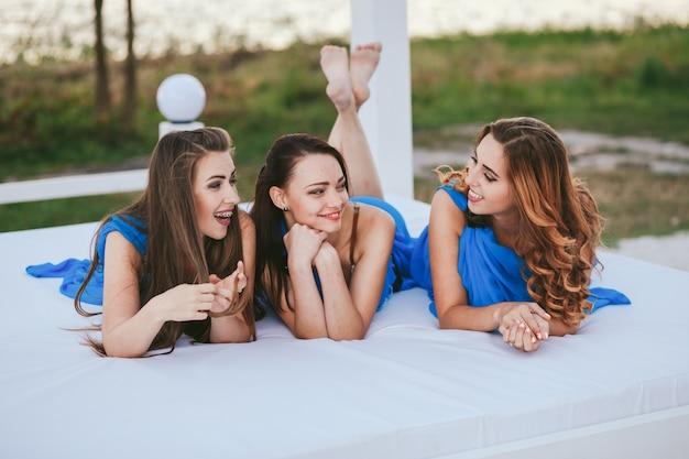 Giovani mani gruppo ragazza adulta