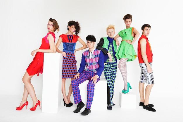 Giovani modelli di moda eleganti