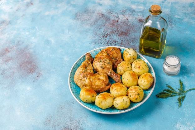 Giovani patate arrostite deliziose con aneto e pollo, vista superiore