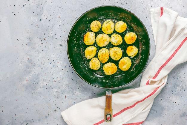 Giovani patate arrostite deliziose con aneto
