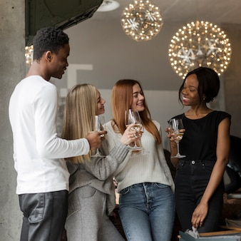 Giovani positivi che mangiano vino insieme