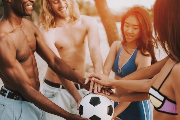 Giovani sorridenti che vanno a giocare a calcio.