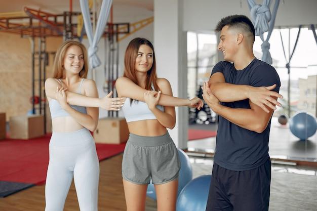 Giovani sportivi che si allenano in una palestra mattutina