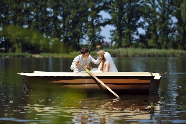 Giovani sposi a vela sulla barca