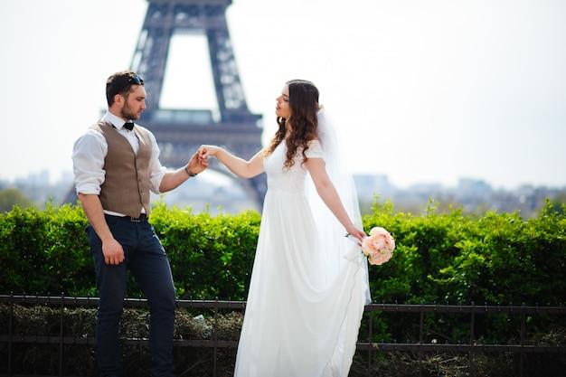 Giovani sposi godendo momenti romantici fuori su un prato estivo