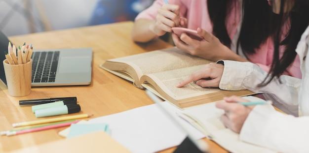 Giovani studentesse allegre che studiano insieme
