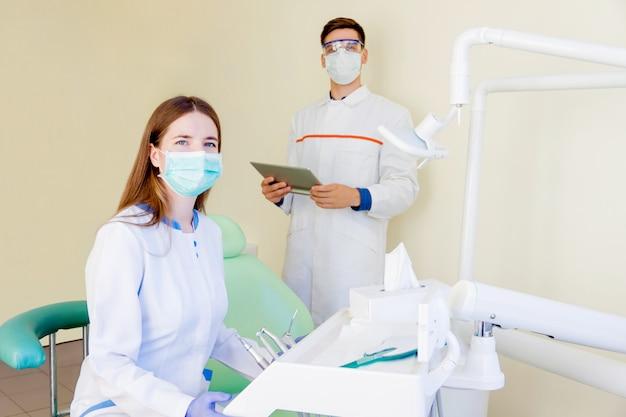 Giovani studenti di dentisti in clinica
