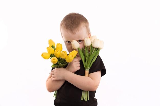 Giovani tulipani della tenuta del ragazzo isolati su bianco
