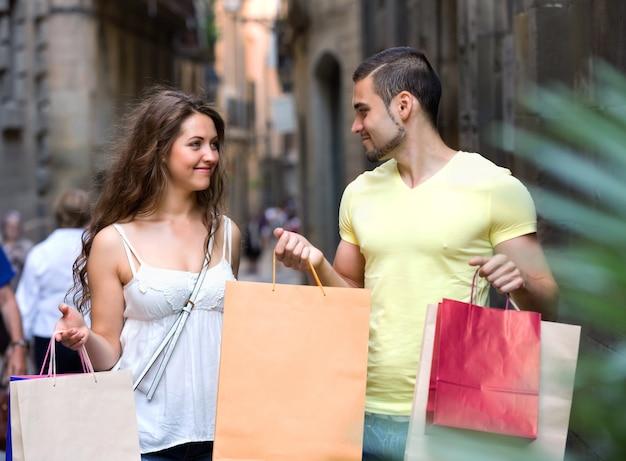 Giovani turisti in tour per lo shopping