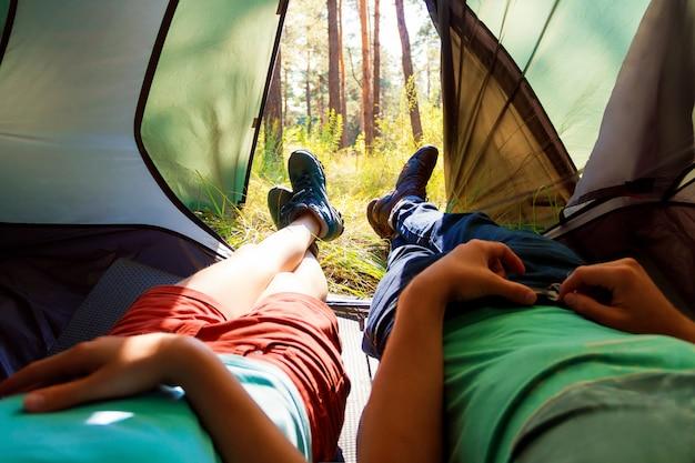 Giovani turisti nei boschi