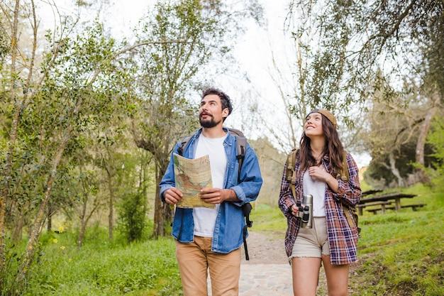 Giovani viaggiatori che camminano nella foresta