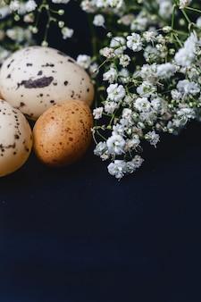Gipsophila e piccole uova su sfondo grigio semplice