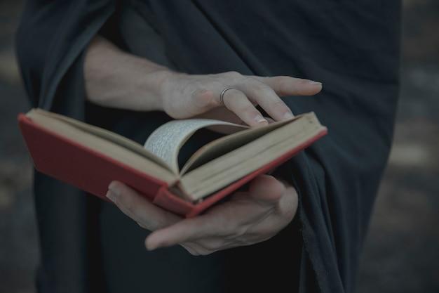 Girando di una pagina di un primo piano del libro