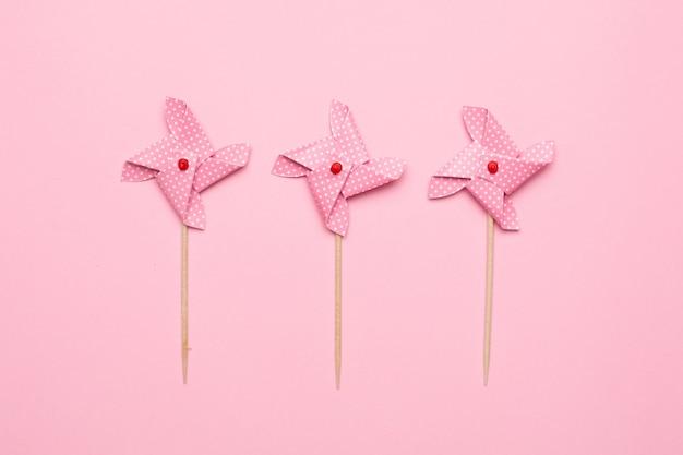 Girandola di carta del mulino a vento isolata, giocattolo dei bambini