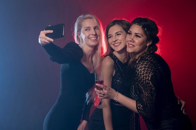 Girfriends prendendo selfie