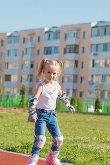 Giri rollerblading della bambina in stadio