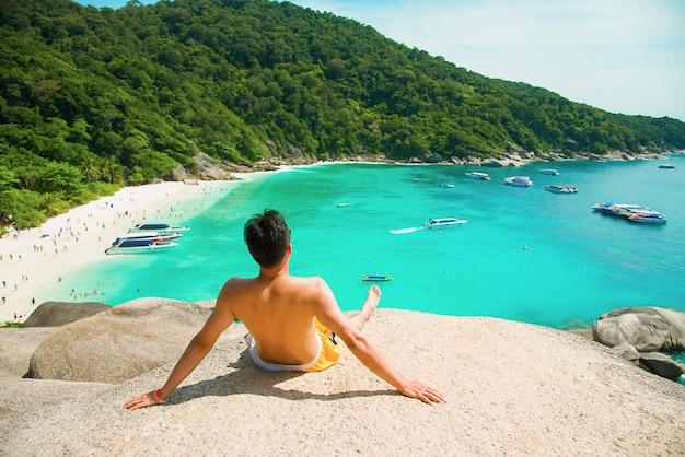 Giro scenico dell'uomo bello mare e cielo blu all'isola di similan, phuket, tailandia.