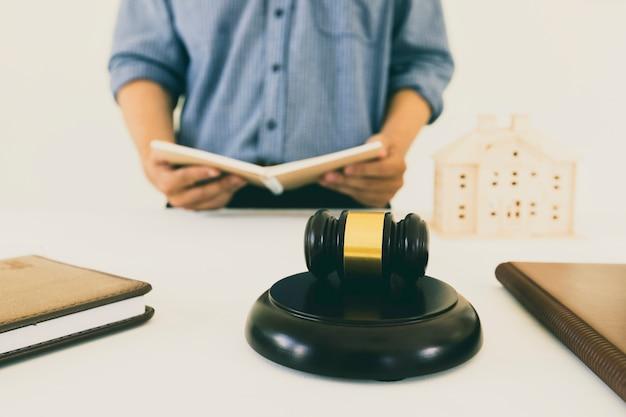 Giudica il martelletto con l'avvocato bakground. concetti di diritto immobiliare e immobiliare.