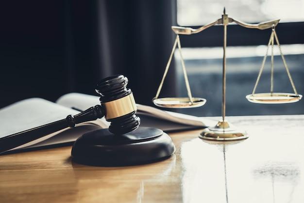 Giudica il martelletto con scala di giustizia, i documenti oggetto che lavorano sul tavolo