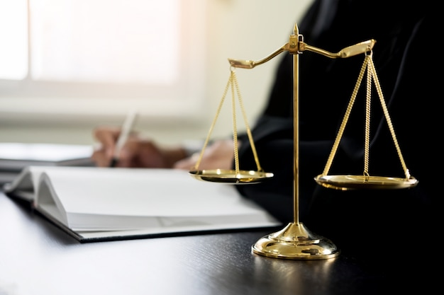 Mano amica foto e vettori gratis for Scrivania avvocato