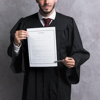 Giudice del primo piano che indica al contratto